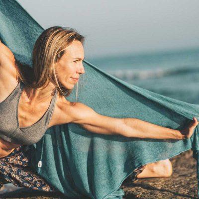 Claudia Yoga Übung am Strand